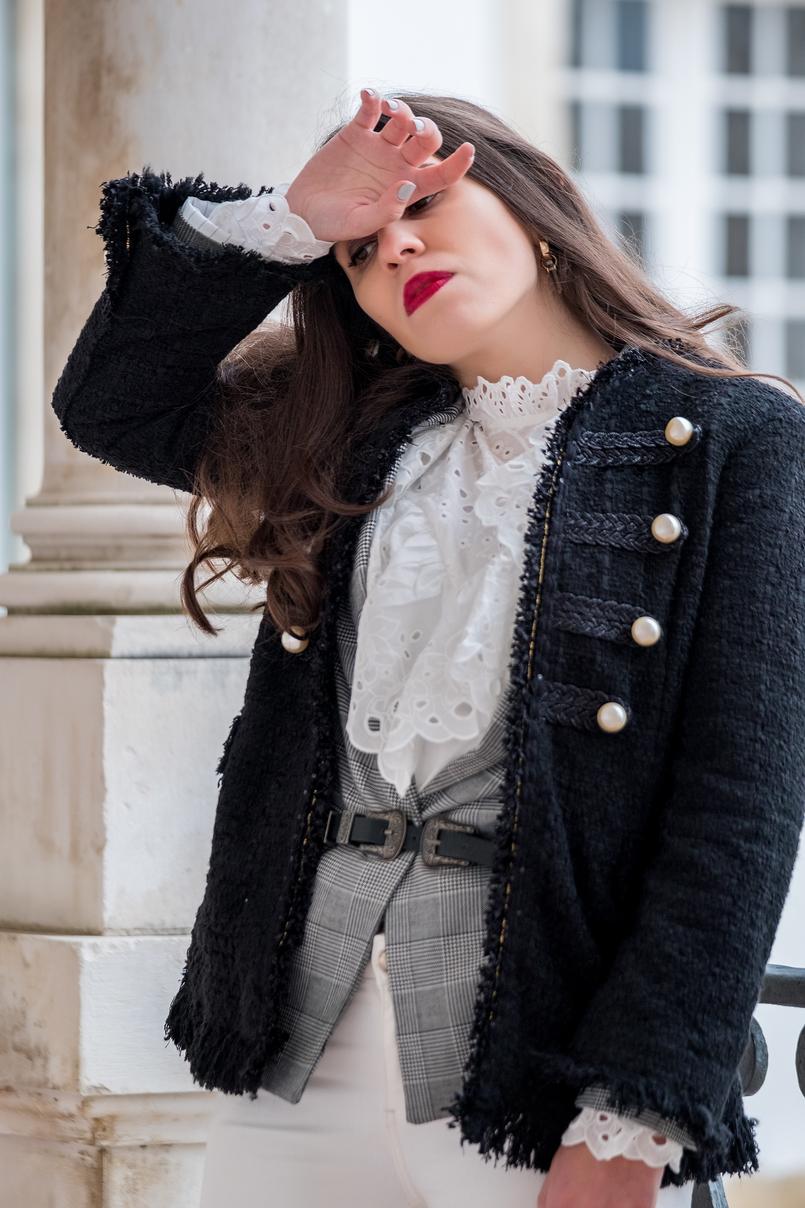 Le Fashionaire Os botins perfeitos para usar sem parar (até à primavera) casaco preto tweed perolas brancas zara cinto preto duas fivelas prateadas stradivarius camisa branca bordado ingles shein 9799 PT 805x1208
