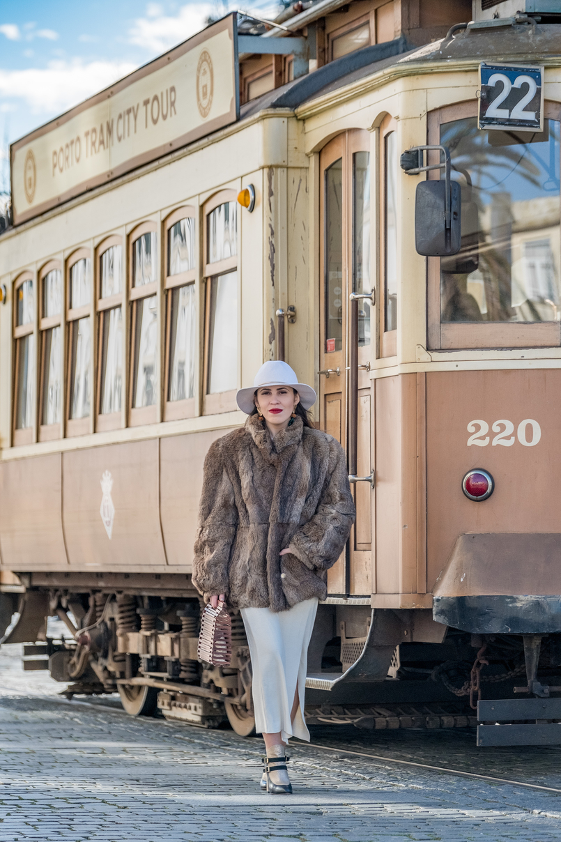 Le Fashionaire Dário Madeira: from the tragedy the most beautiful story of shoes was born faux fur oversized brown coat gold black buckle leather ankle boots dario madeira portuguese shoes white wool hm gold detail hat 0835 EN 805x1208