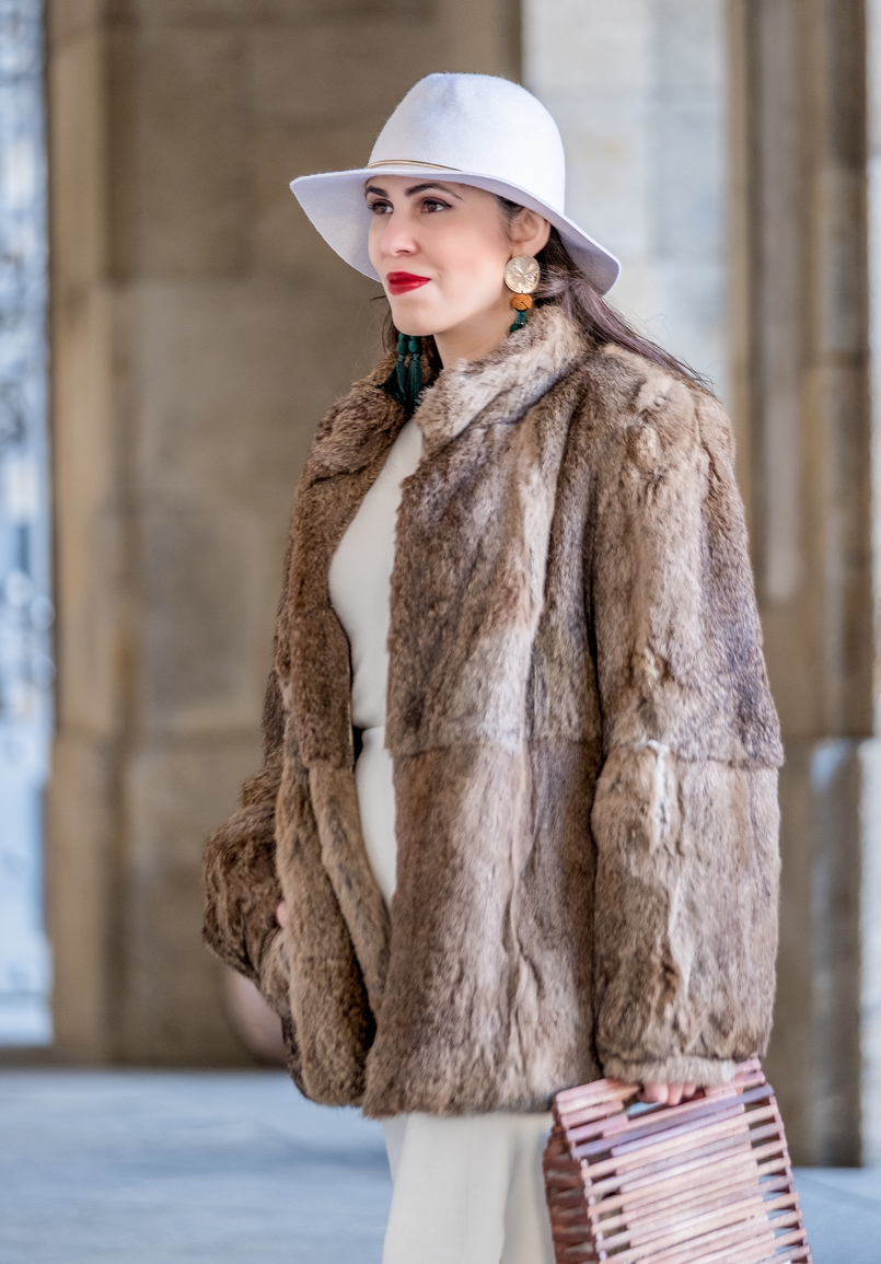 Le Fashionaire Dário Madeira: from the tragedy the most beautiful story of shoes was born faux fur oversized brown coat white wool hm gold detail hat handmade wood bag zara brown Dark green tassels gold bold earrings zara 0597 EN 805x1155