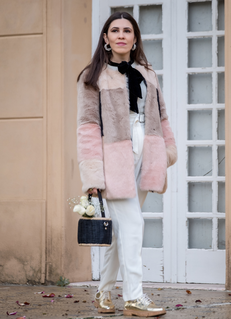 Le Fashionaire For you, Margarida faux fur pale pink black asos coat white mango wool trousers oxford gold cork sole mango shoes white cashmere mango sweater 0946 EN 805x1112