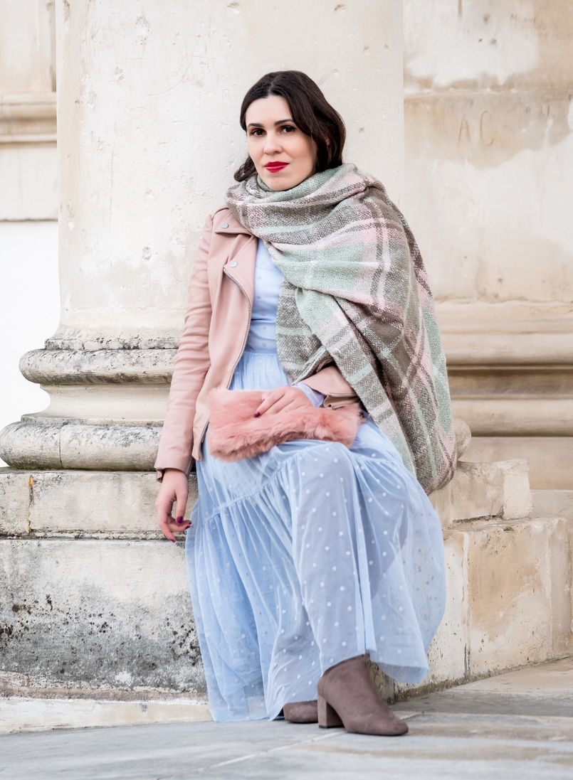 Le Fashionaire Mixing textures on winter faux fur pale pink stradivarius clutch baby blue organza dots maxi topshop dress motard pale pink leather jacket big scarf chess tartan wool parfois 1885 EN 805x1097