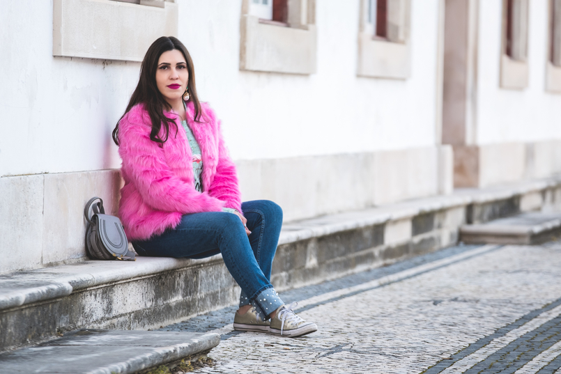 Le Fashionaire The not so casual pink faux fur faux fur pink hm coat denim zara jeans white pears chloe mini marcie gray all stars gold converse 0242 EN 805x537