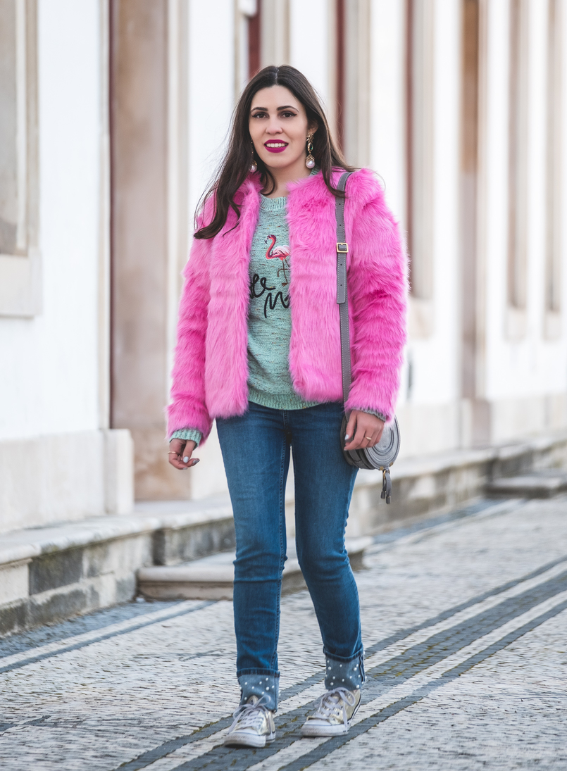 Le Fashionaire The not so casual pink faux fur faux fur pink hm coat green jumper knit embroidered flamingo sweater denim zara jeans white pears all stars gold converse 0233 EN 805x1095