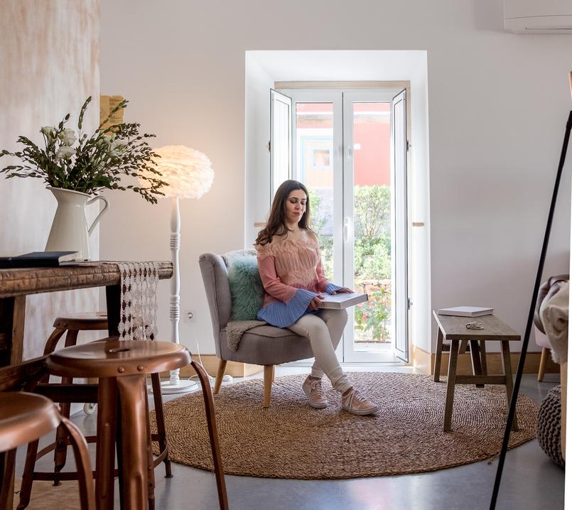 Le Fashionaire Luz Houses: o hotel que aconchega a alma e aquece o coração hotel luz houses decoracao janela sofa blusa uterque rosa azul sem ombros renda 9358 PT 805x718