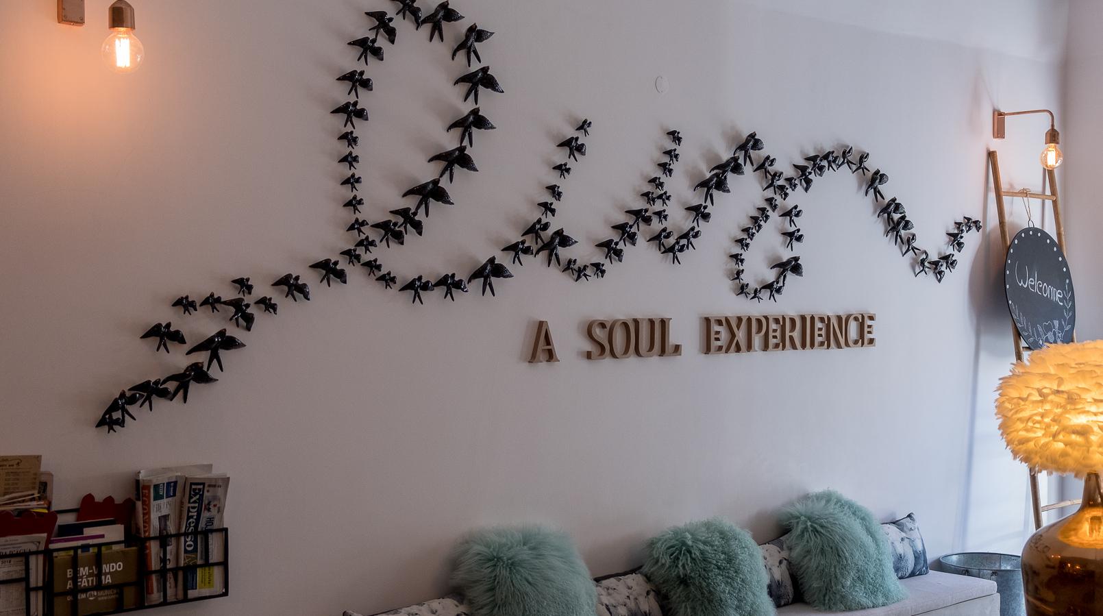 Le Fashionaire Luz Houses: o hotel que aconchega a alma e aquece o coração hotel luz houses mensagem boas vindas hall entrada 9376F PT