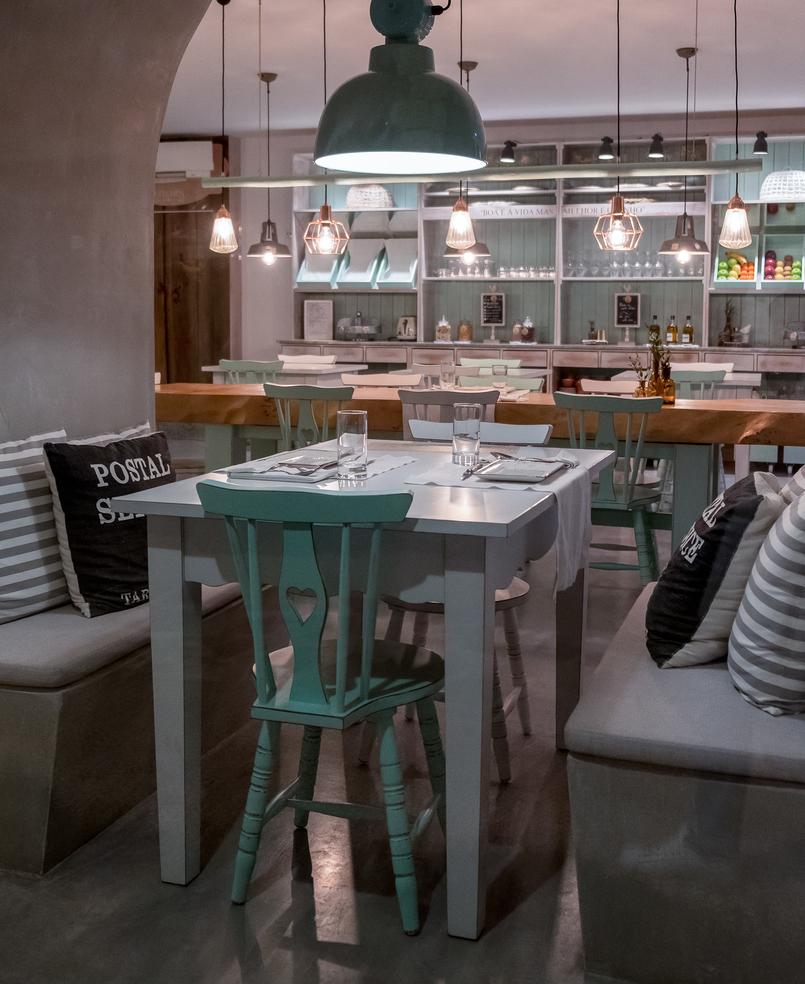 Le Fashionaire Luz Houses: o hotel que aconchega a alma e aquece o coração hotel luz houses sala jantar almofadas mesa cadeira verde coracao 9108 PT 805x984