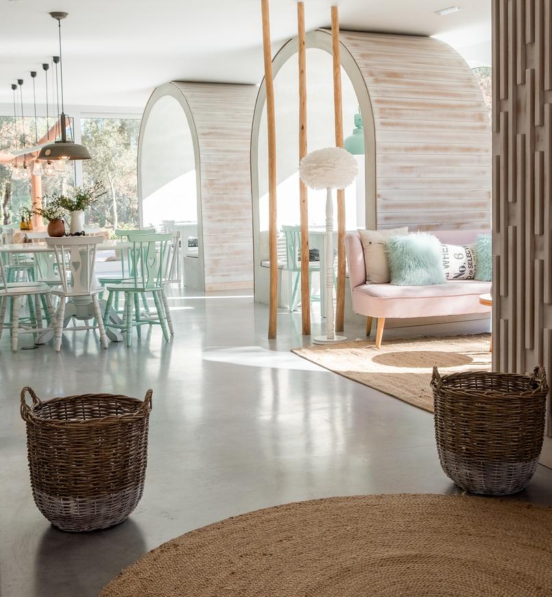 Le Fashionaire Luz Houses: o hotel que aconchega a alma e aquece o coração hotel luz houses sala jantar arcos sofa rosa decoracao cestos cadeira verde coracao 9316 PT 805x871