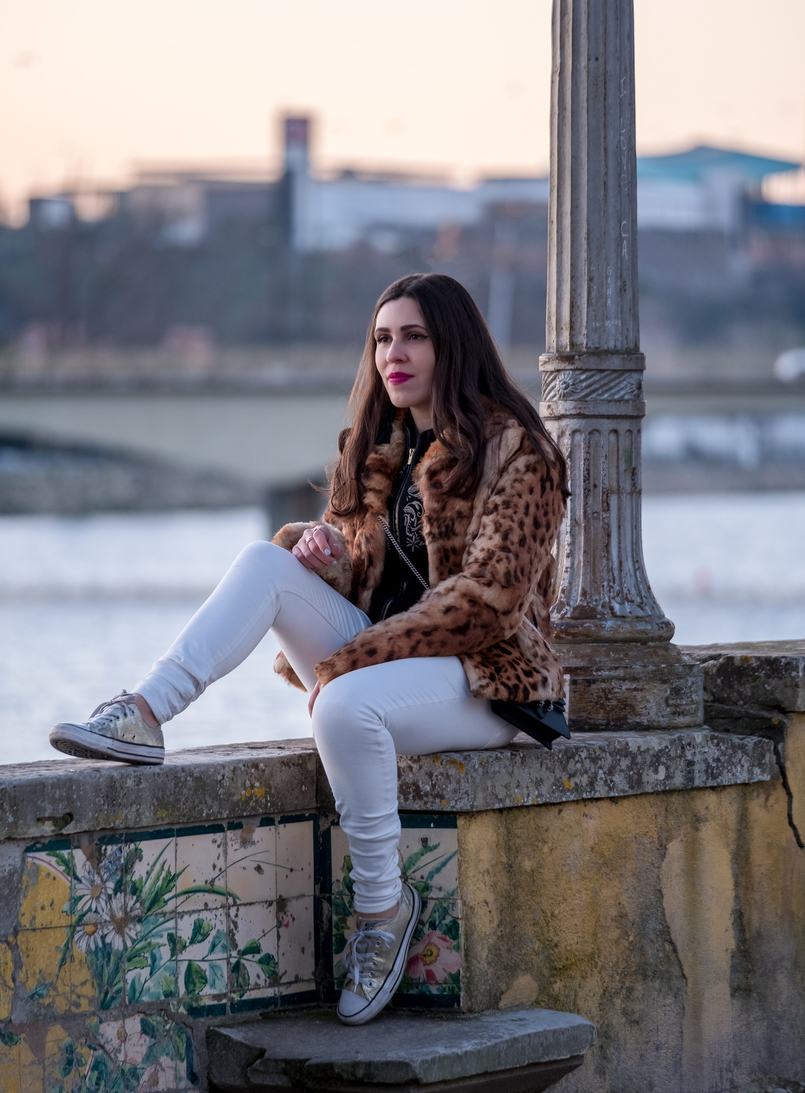 Le Fashionaire 3 tips to be happier in life leopard fur brown black morgan coat white trousers mango gold converse all star sneakers 0372 EN 805x1093