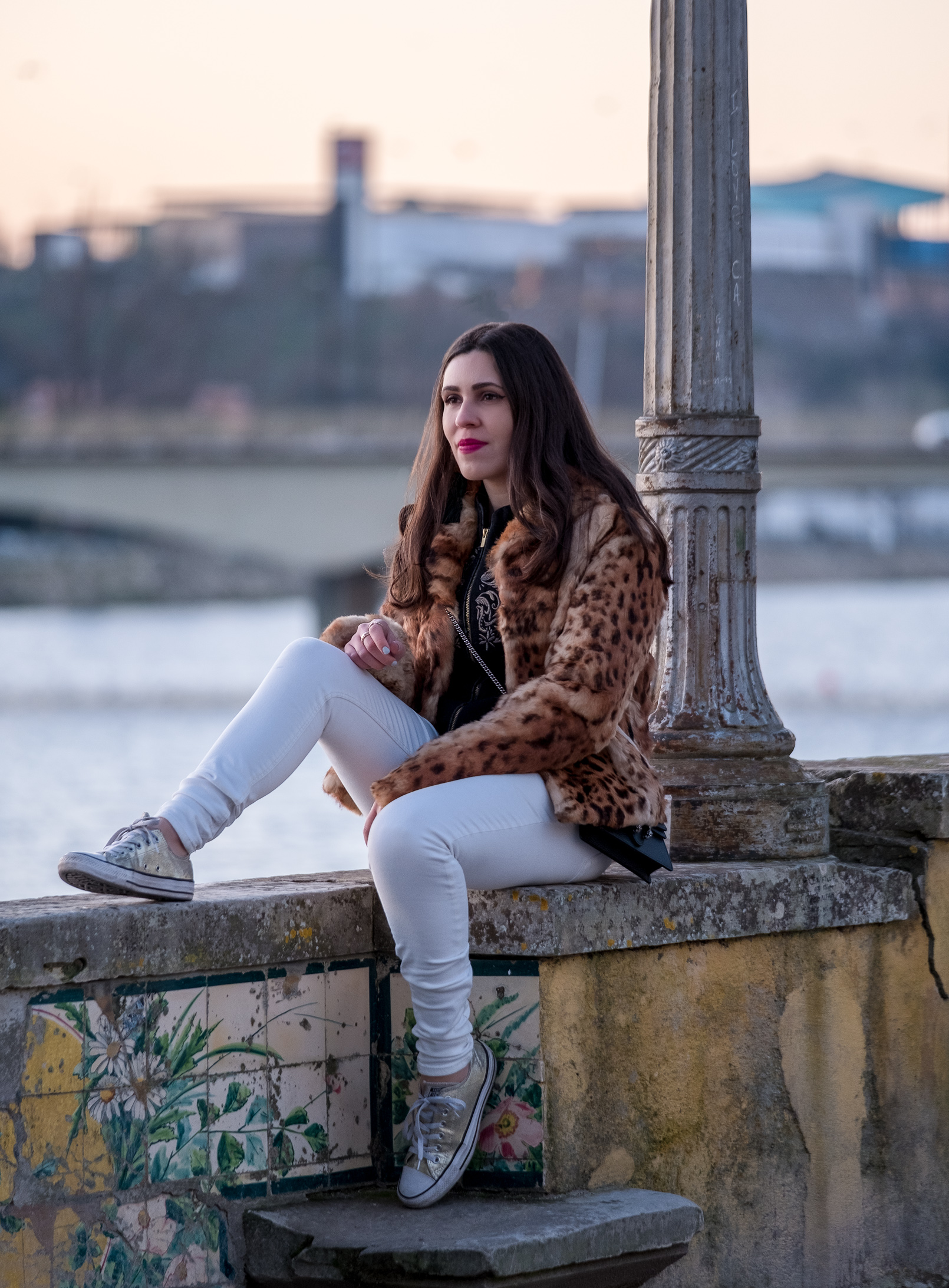Le Fashionaire leopard fur brown black morgan coat white trousers mango gold converse all star sneakers 0372 EN leopard fur brown black morgan coat white trousers mango gold converse all star sneakers 0372 EN
