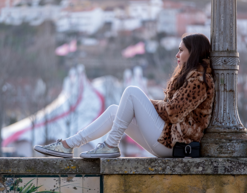 Le Fashionaire 3 tips to be happier in life leopard fur brown black morgan coat white trousers mango gold converse all star sneakers gucci mini dionysus black leather bag 0379 EN 805x631
