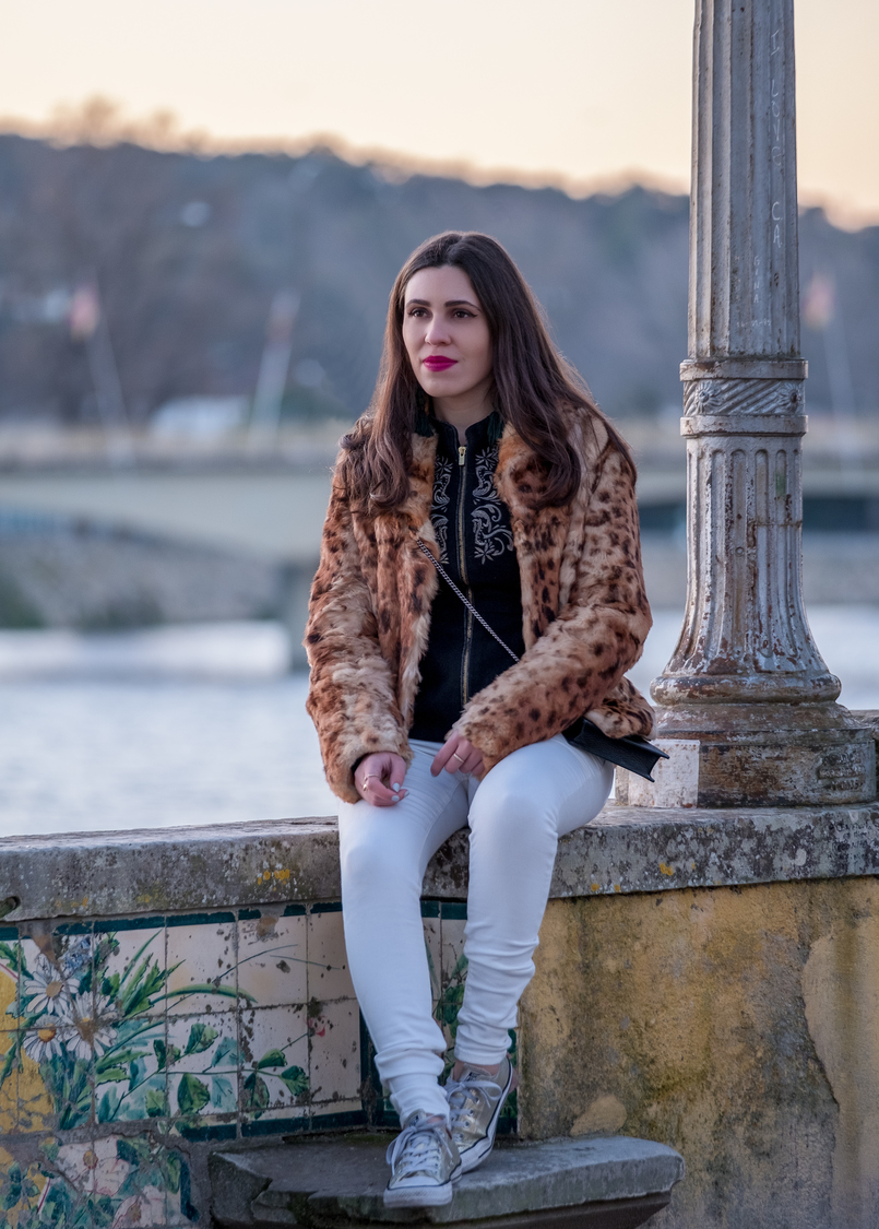 Le Fashionaire 3 tips to be happier in life leopard fur brown black morgan coat white trousers mango gold converse all star sneakers leopard fur brown black morgan coat 0365 EN 805x1125