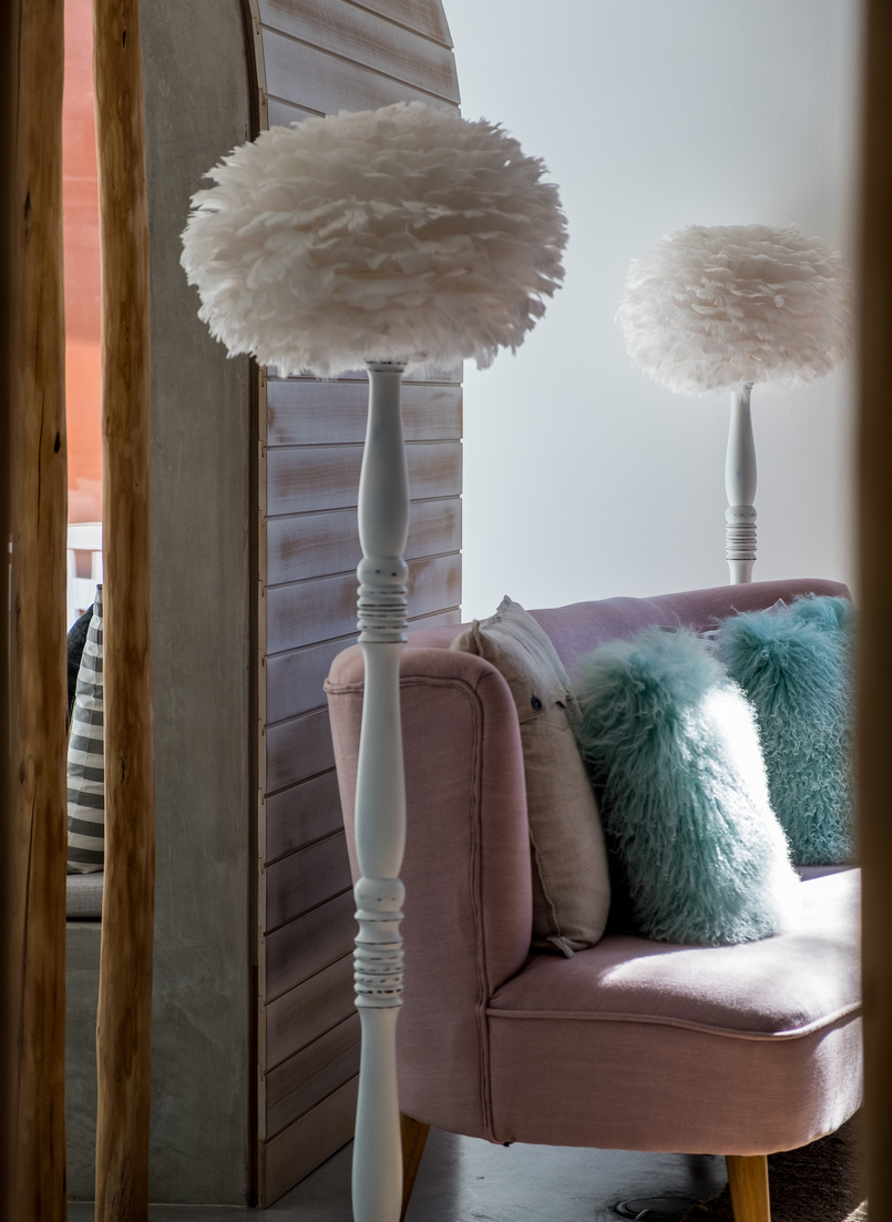 Le Fashionaire Luz Houses: the hotel that is a soul experience luz houses hotel decor lamp sofa pink cushion green 9259 EN 805x1102