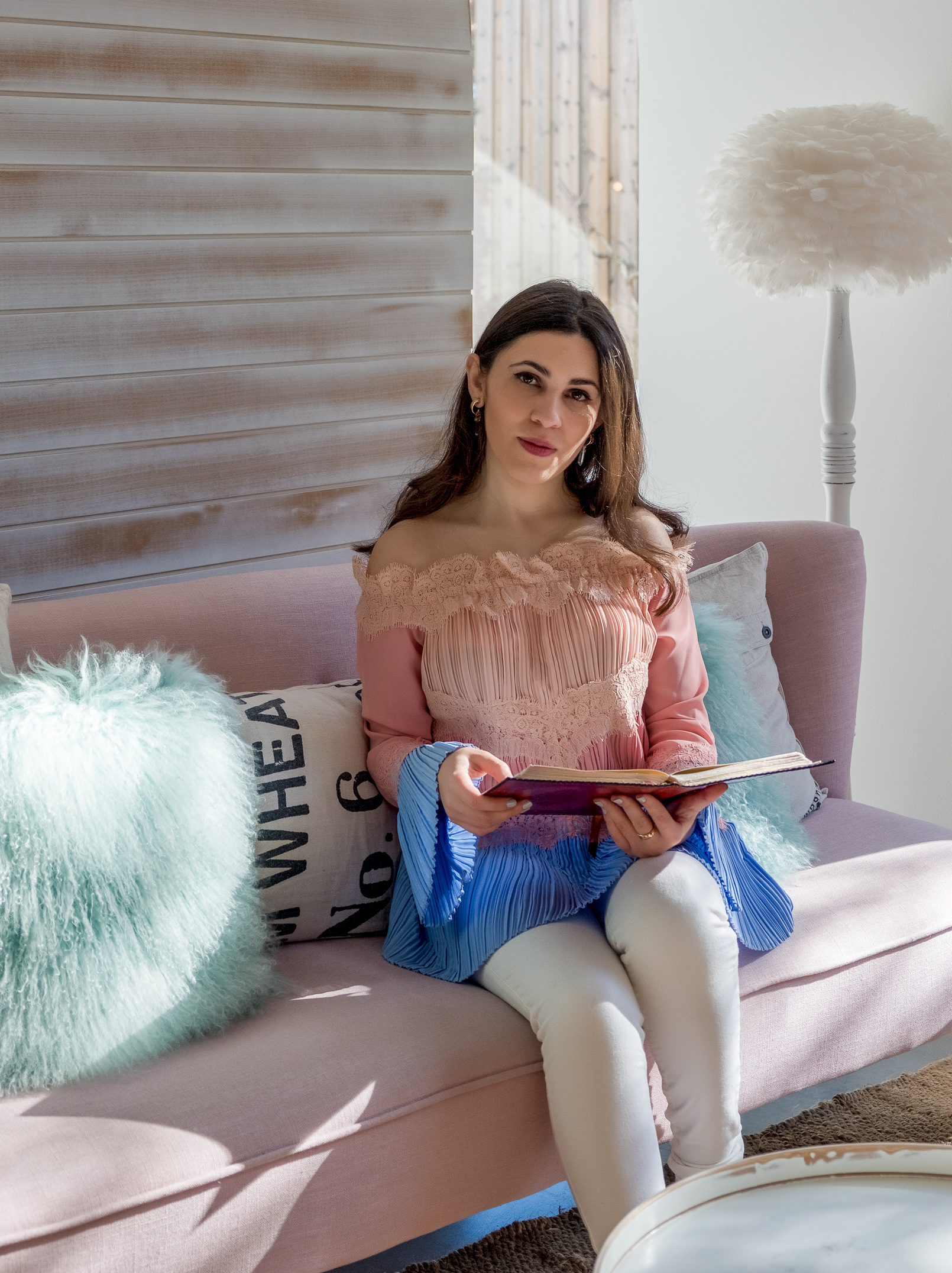Le Fashionaire luz houses hotel decor lamp sofa pink cushion green uterque baby blue pale pink blouse lace 9267 EN luz houses hotel decor lamp sofa pink cushion green uterque baby blue pale pink blouse lace 9267 EN