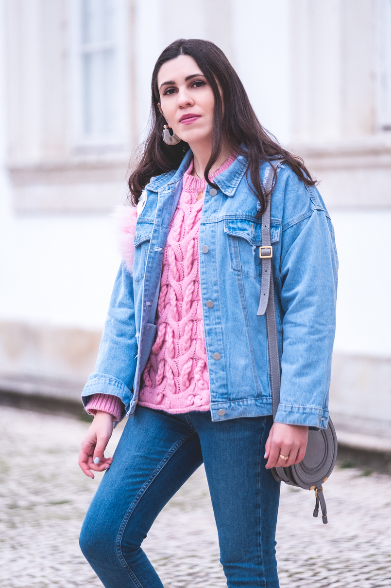 Le Fashionaire How to wear the same sweater in a different way pink zara cable knit wool jumper blue jeans white pearls zara denim jacket unicorn sequins faux fur pink chloe gray mini marcie leather bag 9982 EN 805x1208