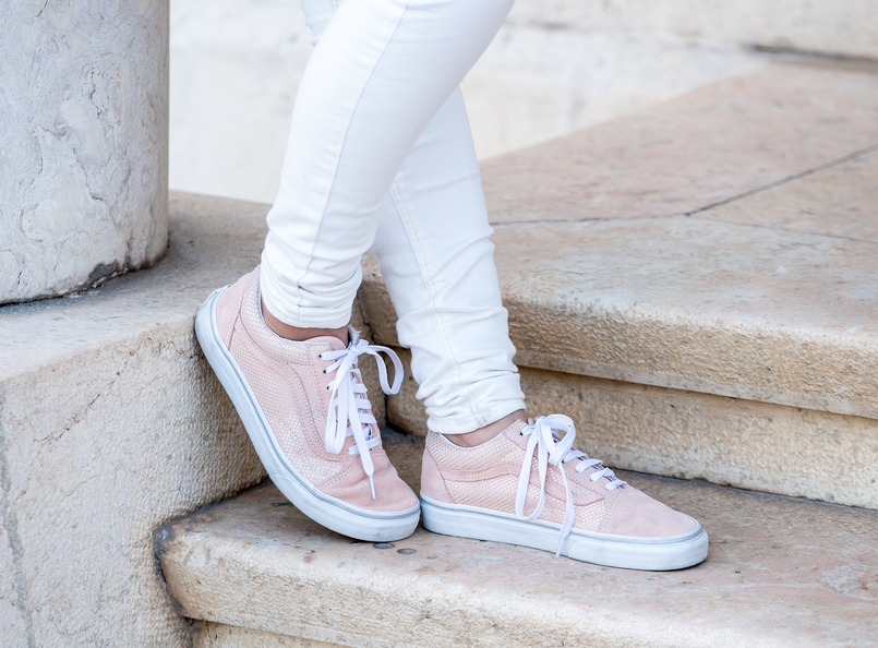 Le Fashionaire Is fashion cyclical or is it a spiral? white mango trousers pale pink gold dots suede sneakers vans 9720 EN 805x594