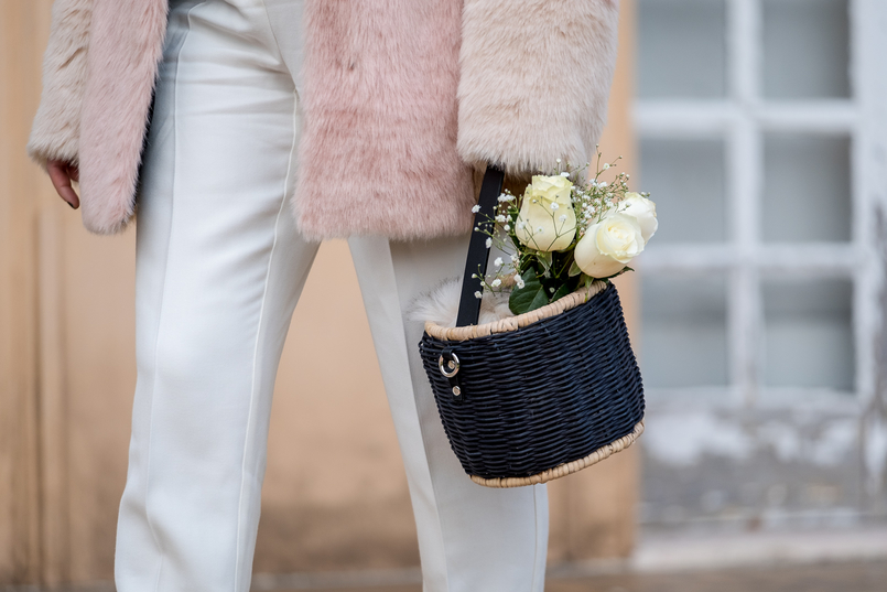 Le Fashionaire For you, Margarida white mango wool trousers black zara straw basket white roses 0930 EN 805x537