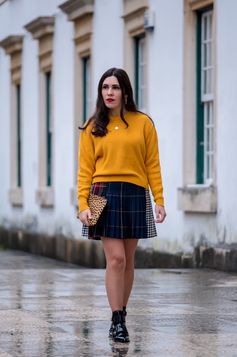 Le Fashionaire Trend alert: mustard is the new black yellow mustard zara jumper knit pleated mini skirt tartan black dark blue red gold coin necklace world map silver cinco 9912 EN 805x1208