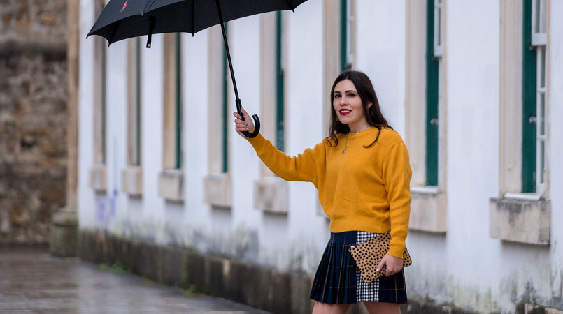 Le Fashionaire Trend alert: mustard is the new black yellow mustard zara jumper knit pleated mini skirt tartan black dark blue red leopard leather sfera clutch 9924F EN 805x450