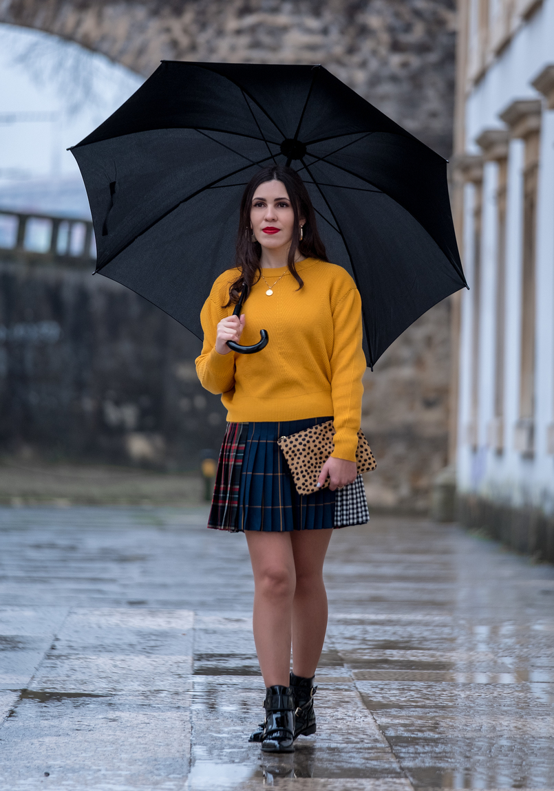 Le Fashionaire Trend alert: mustard is the new black yellow mustard zara jumper knit pleated mini skirt tartan black dark blue red leopard leather sfera clutch gold coin necklace world map silver cinco 9903 EN 805x1150