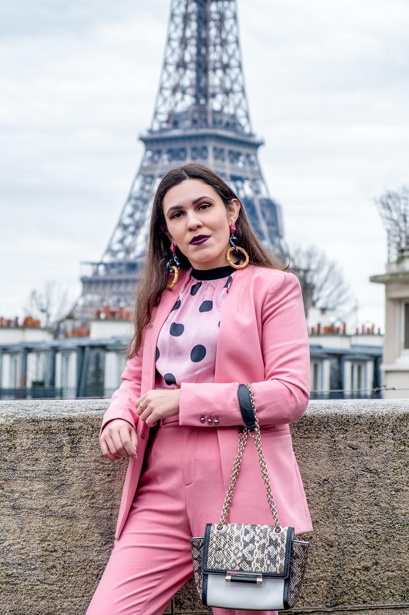 Le Fashionaire Como é ir à Paris Fashion Week? blazer rosa zara calcas rosa cinto zara fato blusa rosa bolas pretas zara carteira branca preto cobra corrente dourada diane von furstenberg 3954 PT 805x1208