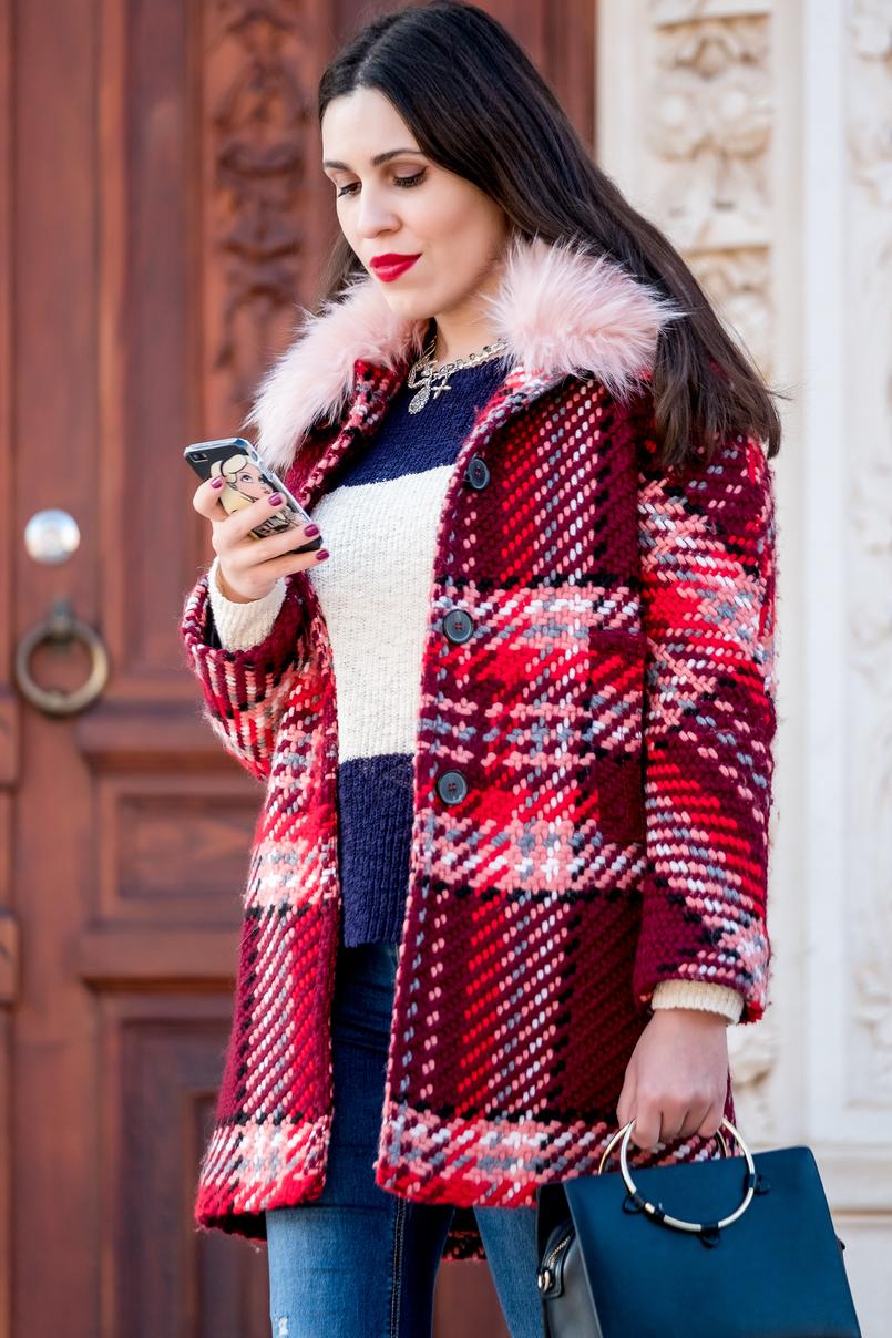 Le Fashionaire Aproveitar os saldos de meia estação para comprar um casaco atemporal casaco la quadrados vermelho gola rosa clara pelos zara camisola azul escura branca riscas folhos mango algodao colar prateado cruz pendentes parfois 1757 PT 805x1208
