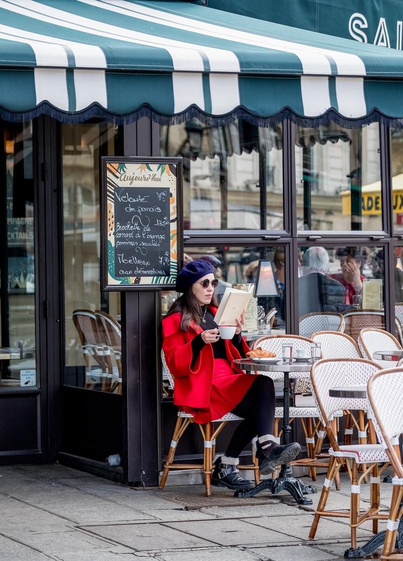 Le Fashionaire 3 autores franceses que têm mesmo que conhecer casaco vermelho estilo capa zara saia vermelha vintage boina azul pregadeira flor vermelha mango livro capa amarela marguerite duras lamant chine nord 4071 PT 805x1120