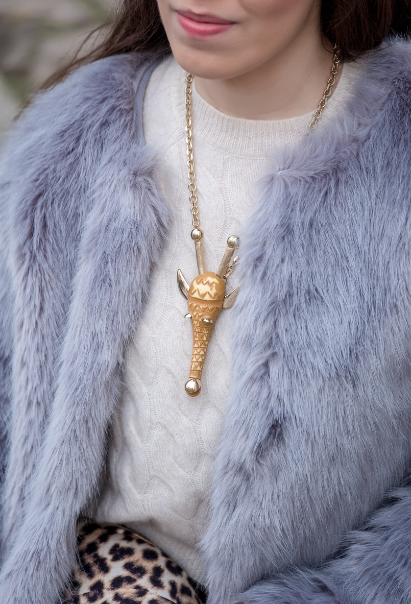 Le Fashionaire Why you need to stop comparing yourself faux fur pale blue bershka coat cashmere cable knit mango gold nude brown giraffe bold necklace 1244 EN 805x1183