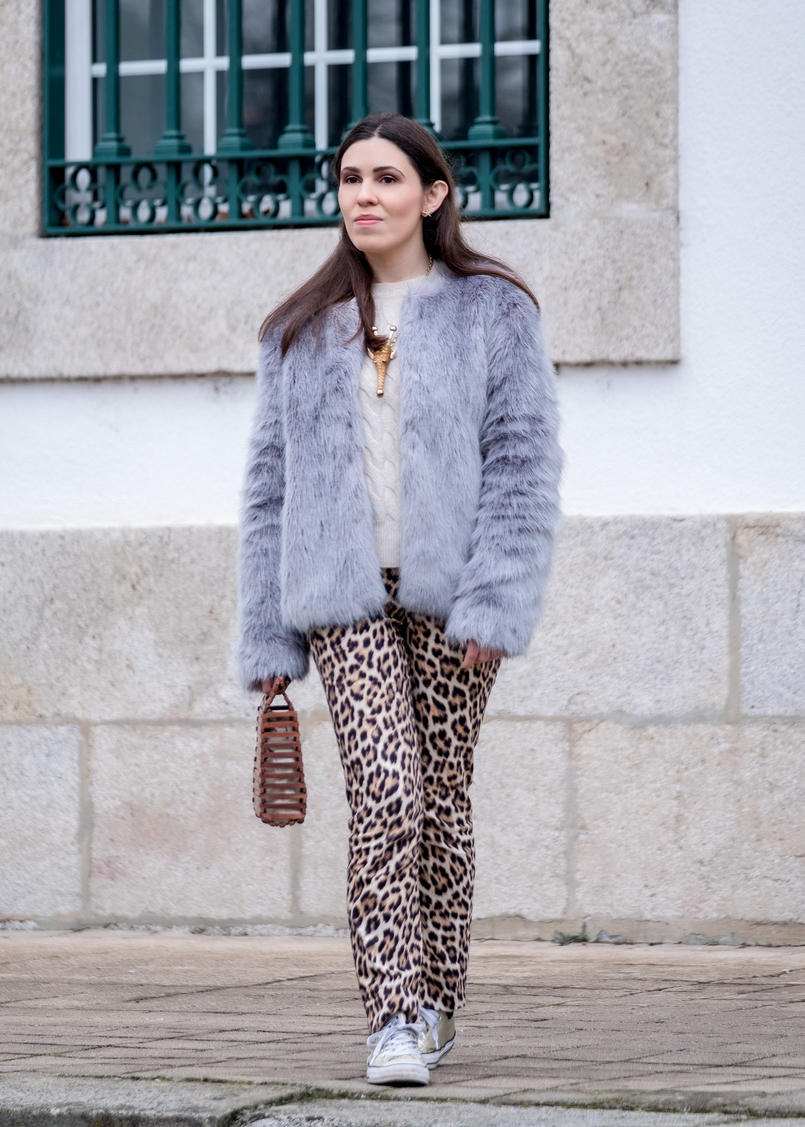 Le Fashionaire Why you need to stop comparing yourself faux fur pale blue bershka coat leopard print zara trousers gold nude brown giraffe bold necklace gold converse all star sneakers 1186 EN 805x1127