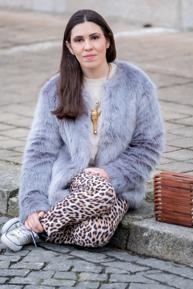 Le Fashionaire Why you need to stop comparing yourself faux fur pale blue bershka coat leopard print zara trousers gold nude brown giraffe bold necklace gold converse all star sneakers 1220 EN 805x1208
