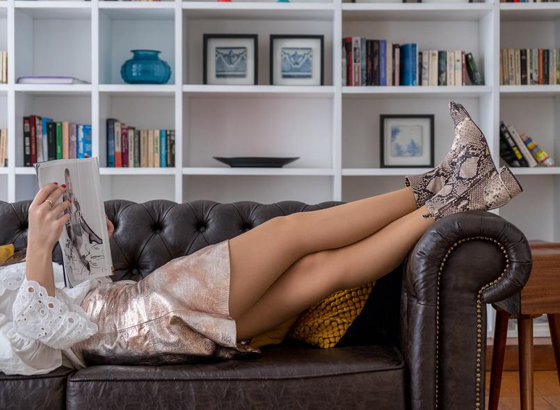 Le Fashionaire É importante quebrar a rotina? saia pele metalizada cobre mango botas pele cobra massimo dutti the 8 suites sofa castanho prateleiras livros 4743 PT 805x590