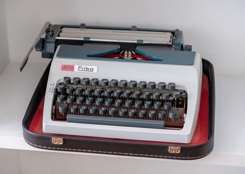 Le Fashionaire É importante quebrar a rotina? the 8 suites sofa castanho prateleiras livros maquina escrever vermelho branco erika 4766 PT 805x573