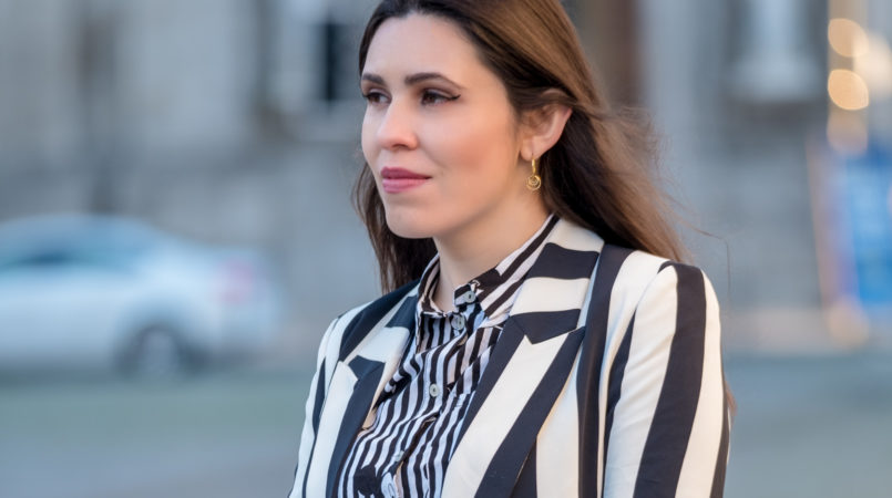 Le Fashionaire If you love Mickey this is the only shirt you need white black stripes mickey hm shirt vertical striped white black hm blazer faux fur giraffe pattern sfera clutch gold hoop cinco earrings 6278F EN 805x450