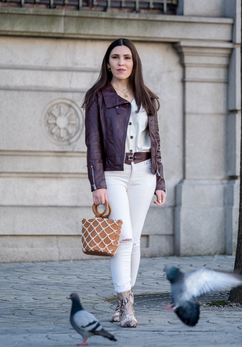 Le Fashionaire The coolest shirt for this spring white cotton brown front buttons hm white skinny jeans mango leather brown burgundy leather jacket mother pearl cinco gold white necklace 6009 EN 805x1154