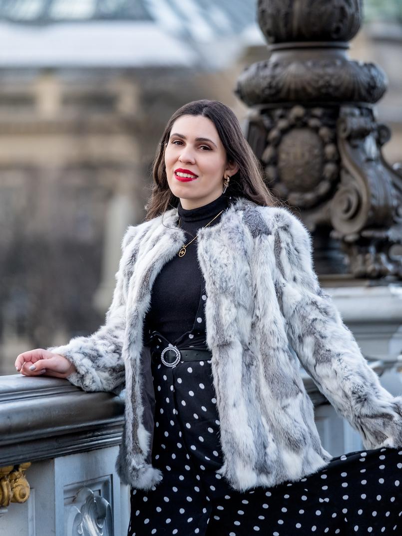 Le Fashionaire The most instagrammable bridge in Paris white grey fur sfera coat gold bird cinco necklace zara black belt quartz gold mango earrings 3208 EN 805x1075