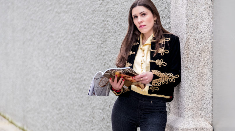 Le Fashionaire Are magazines days over? military dark blue gold velvet jacket pale yellow vintage embroidered shirt black leopard velvet jeggings zara 6619F EN 805x450