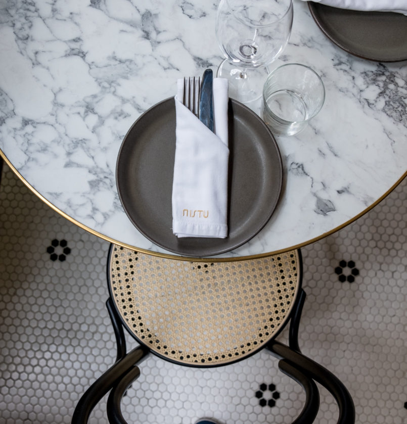 Le Fashionaire Mistu: the new restaurant in downtown Porto you need to know mistu restaurant oporto round marble coffee table white serviette gold embroidered mistu 6722 EN 805x839