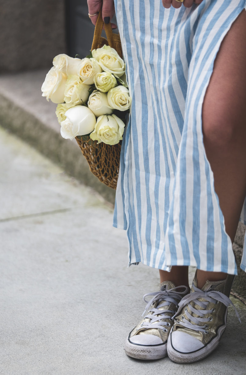 Le Fashionaire Do people judge you by what you wear? white long stripes pale blue linen skirt gold all stars converse sneakers mesh yellow bag la petite sardine 7509 EN 805x1226