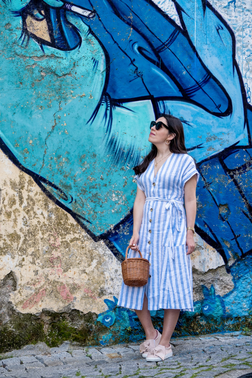 Le Fashionaire Street art at Covilhã white pale blue stripes mango linen dress pale pink bow sneakers dora guimaraes straw bag la petite sardine street art covilha paintings 9656 EN 805x1208