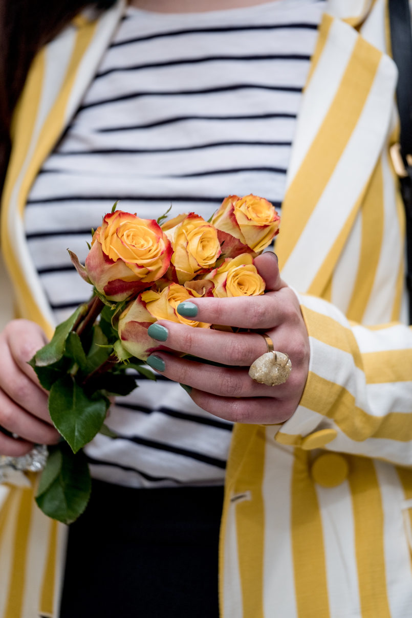 Le Fashionaire You need to know this street art rabbit yellow white vertical stripes bershka blazer white dark blue stripes stradivarius sweater yellow roses 9146 EN 805x1208