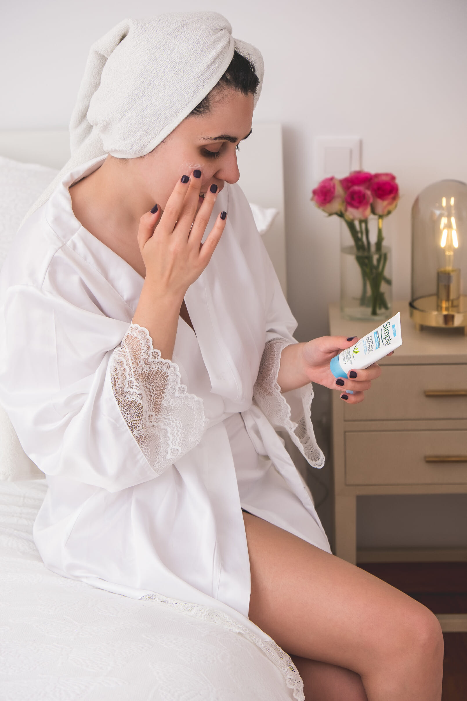 Le Fashionaire blogger catarine martins white satin lace primark robe face moisturizing cream simple pink roses 1323 EN blogger catarine martins white satin lace primark robe face moisturizing cream simple pink roses 1323 EN