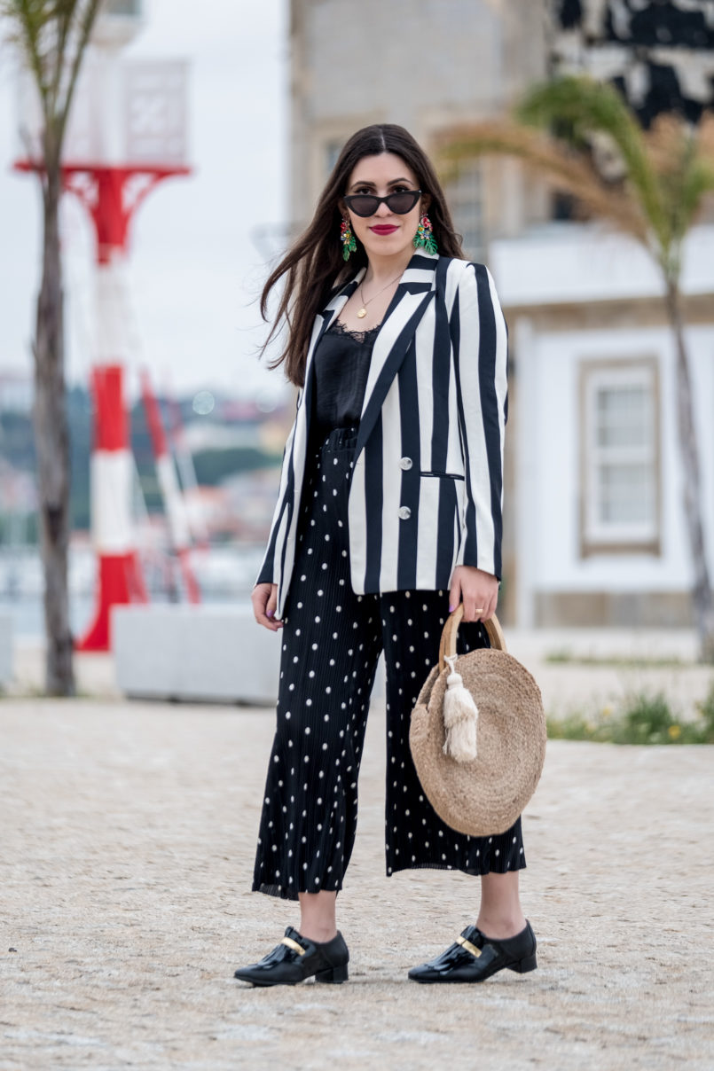 Le Fashionaire Stripes and polka dots in the same outfit: yay or nay? gold fringes black vinyl eureka shoes white black stripes hm blazer polka dots zara trousers cinco gold world map necklace silver round straw zara bag 0934 EN 805x1208