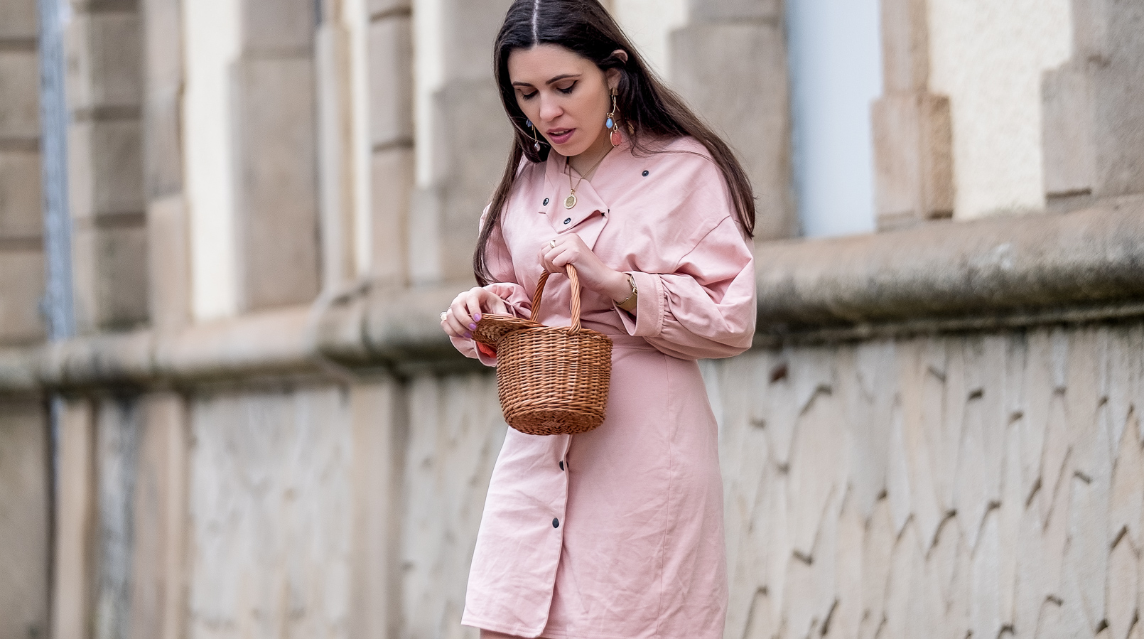Le Fashionaire pale pink asos dress gold coin old necklace la petite sardine straw bag bold colorful earrings mango 0889F EN pale pink asos dress gold coin old necklace la petite sardine straw bag bold colorful earrings mango 0889F EN