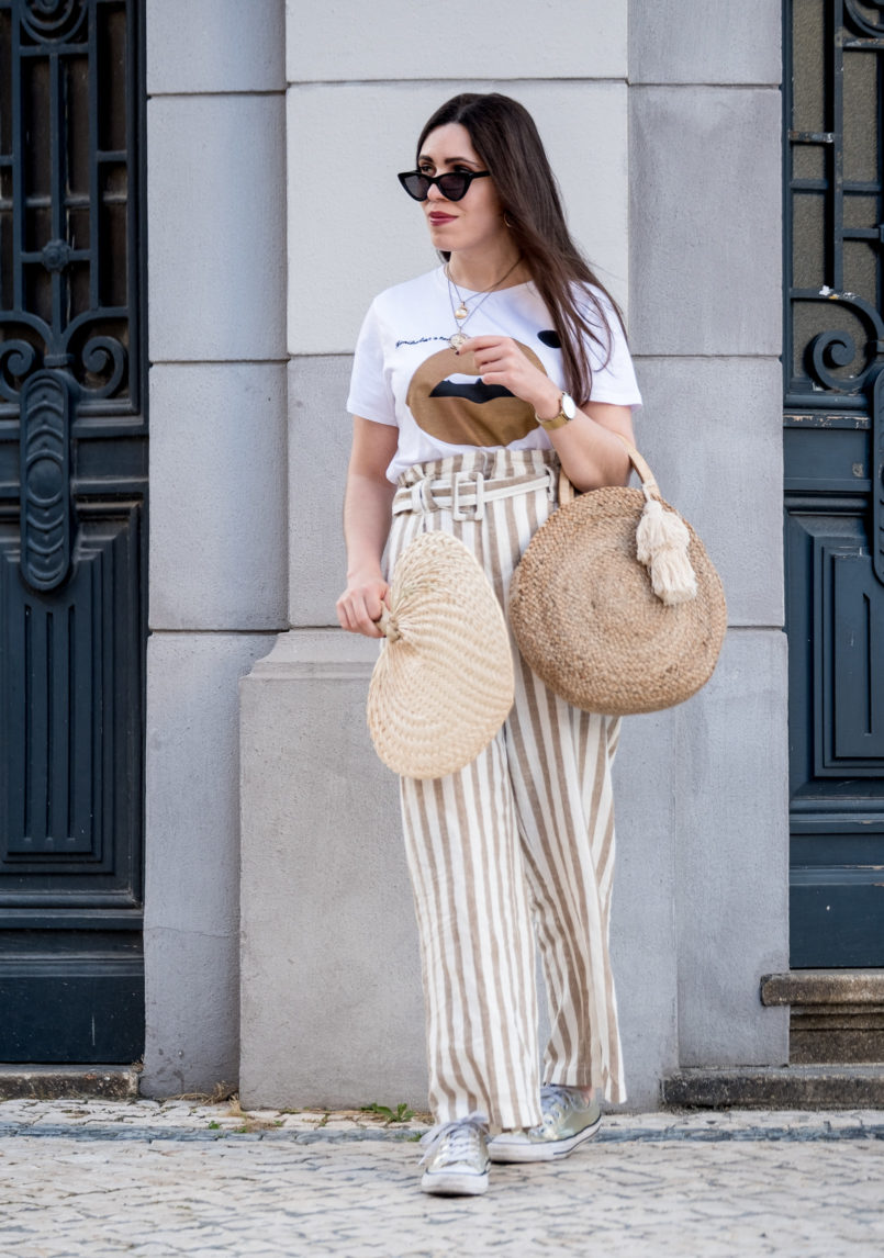 Le Fashionaire The fan you need this summer white beige stripes linen trousers stradivarius tee gold lips sephora cream lip satin gold coin mango necklaces round zara straw bag 1482 EN 805x1146