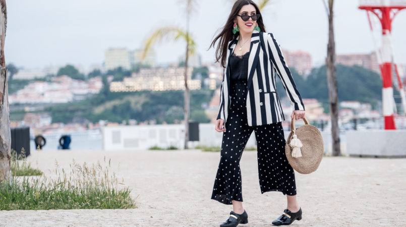 Le Fashionaire Stripes and polka dots in the same outfit: yay or nay? white black stripes hm blazer polka dots zara trousers gold fringes black vinyl eureka shoes round straw zara bag 0972F EN 805x450