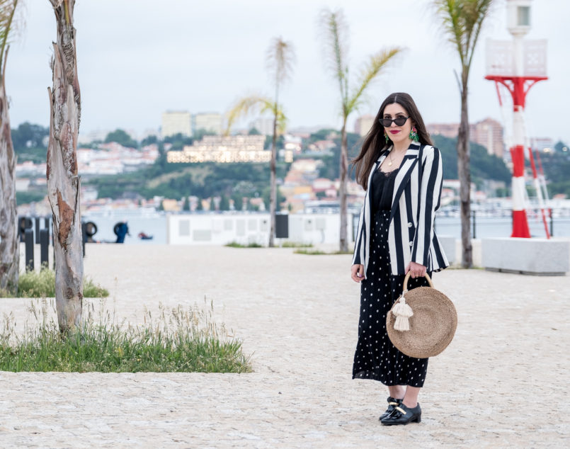 Le Fashionaire Stripes and polka dots in the same outfit: yay or nay? white black stripes hm blazer polka dots zara trousers gold fringes black vinyl eureka shoes round straw zara bag 1028 EN 805x634