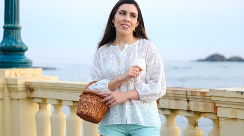 Le Fashionaire One has never too many white shirts blogger catarine martins fashion inspiration white english embroidered zara shirt gold necklace la petite sardine straw bag 2089F EN 805x450
