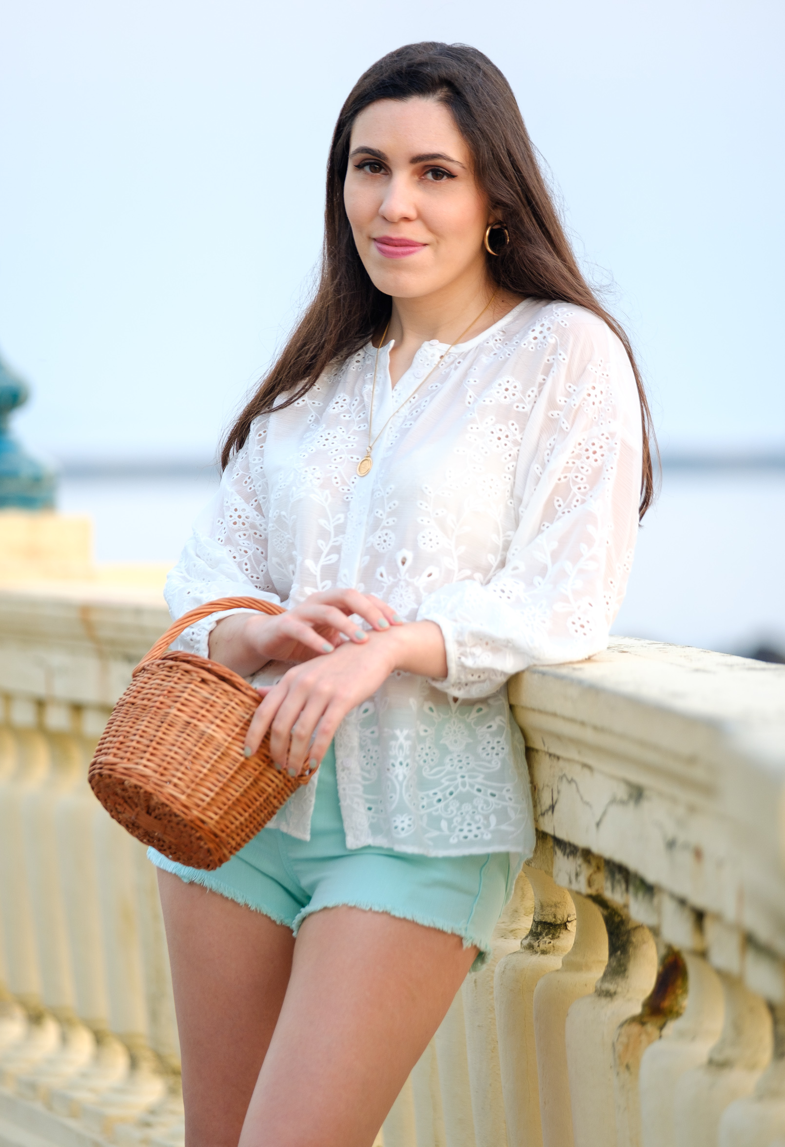 Le Fashionaire blogger catarine martins white english embroidered zara shirt mint denim bershka shorts gold necklace la petite sardine straw bag 2072 EN blogger catarine martins white english embroidered zara shirt mint denim bershka shorts gold necklace la petite sardine straw bag 2072 EN
