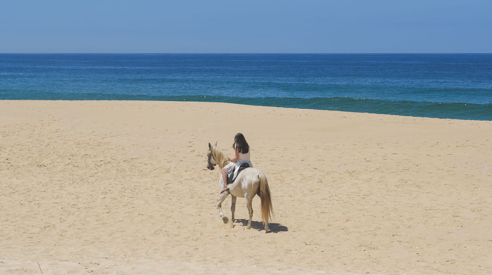 Le Fashionaire All you need to know about riding a horse at the beach in Portugal blogger catarine martins white horse ulisses beach sand sun sea blue 4079F EN