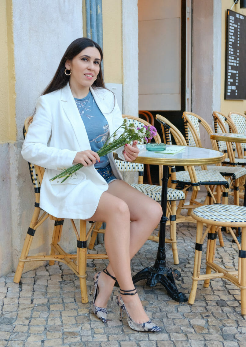 Le Fashionaire Janis: A little Paris in Lisbon cafe janis gold mango round earrings white zara oversized blazer blue zara tee high heels massimo dutti snake leather shoes 3053 EN 805x1135