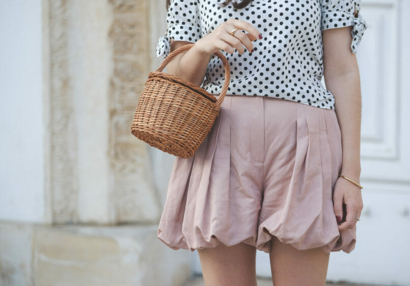 Le Fashionaire Sales: It was love at first sight white polka dots linen blouse zara massimo dutti pale pink shorts la petite sardine straw bag 2155 EN 805x563